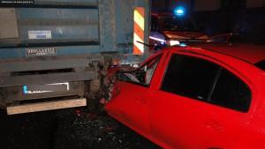 nehoda-skoda-octavia-kamion-koutnikova-hradec-kralove-4-12-2015-1