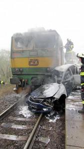 tragicka-srazka-vlaku-osobniho-auta-hradec-kralove-3-10-2016-3