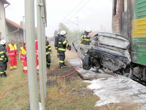 tragicka-srazka-vlaku-osobniho-auta-hradec-kralove-3-10-2016