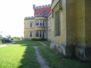 Státní zámek Hrádek u Nechanic z doby, kdy procházela jeho fasáda změnou barvy a opravou