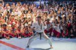 prezident SKIF před účastníky MS karate SKIF 2019 cvičí na nástupu mistrovskou kata Gankaku Sho. Autor Fotografie Ondřej Littera