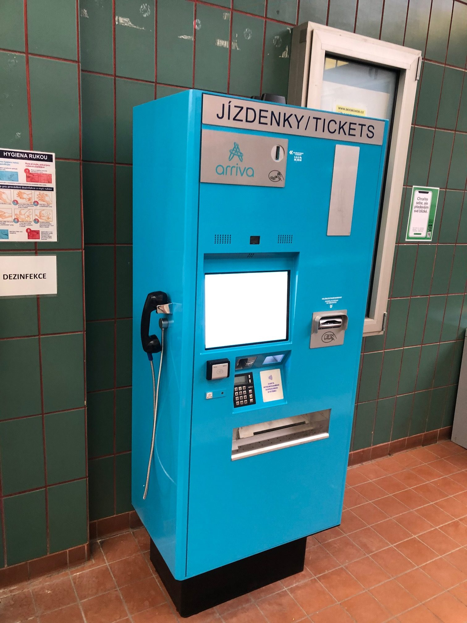 Jízdenkový automat společnosti Arriva - na hlavní nádraží v Hradci Králové